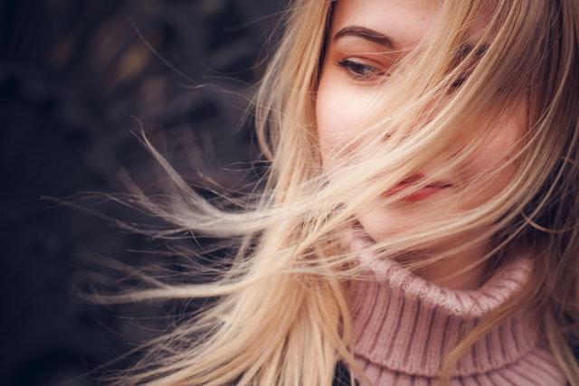 Terapia pielęgnacyjna włosów zimą.